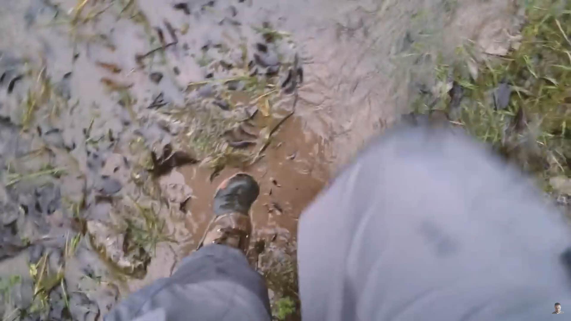 穿越泥濘的山路,才能順利抵達幽靜的拍攝點