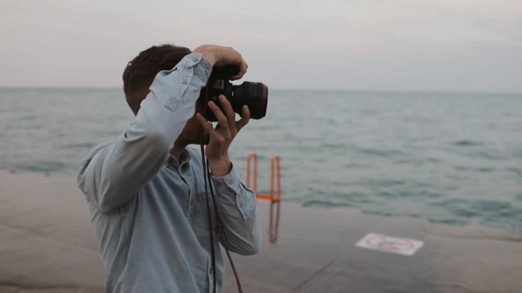 正式拍攝。將相機拿垂直角度拍攝,可能是習慣的問題,攝影師把快門方向朝上,其實建議垂直拍攝時快門朝下,讓兩隻手肘可以僅靠身體,增加穩定性