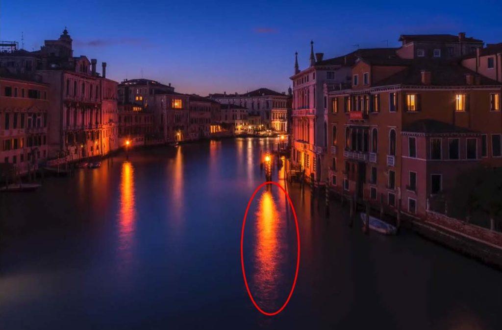 長曝的範例,紅圈處的燈光倒影呈現不自然的顏色
