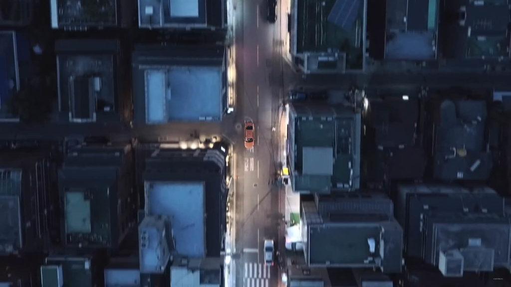 影片一開始以空拍機拍攝都市中疾駛的汽車,猶如一場競爭激烈的競賽正式展開