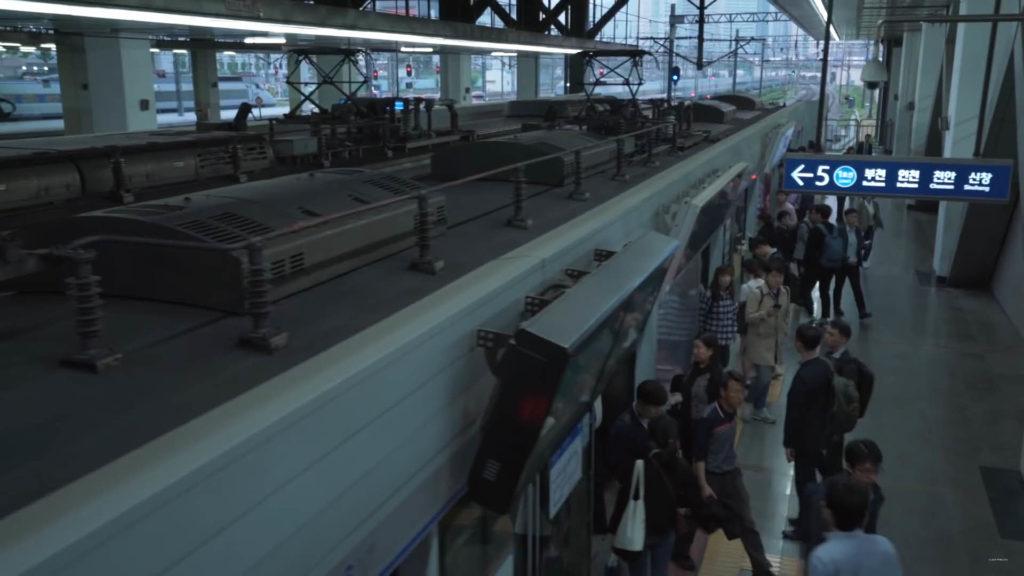 在都市場景中,導演刻意將影片添加青藍的冷酷色調