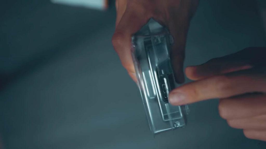 拿美工刀在線孔的位置開個小洞,就可以插USB線