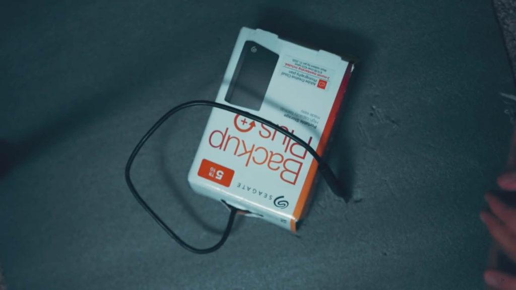 把硬碟連同塑膠殼再次裝入紙盒中,免費的硬碟保護殼完成!
