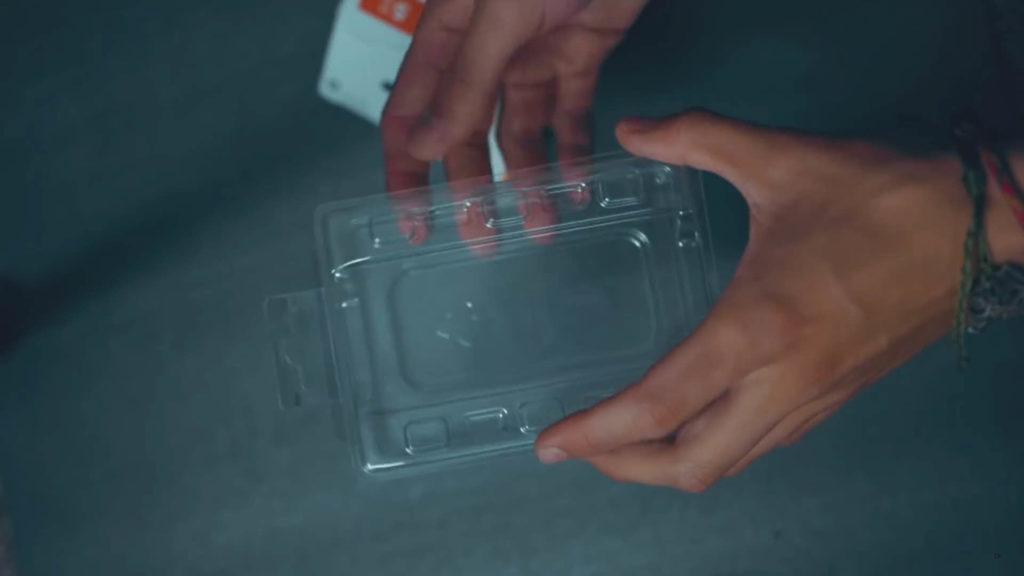 紙盒包裝內的塑膠保護殼可以提供安全的防護,丟棄就太可惜了