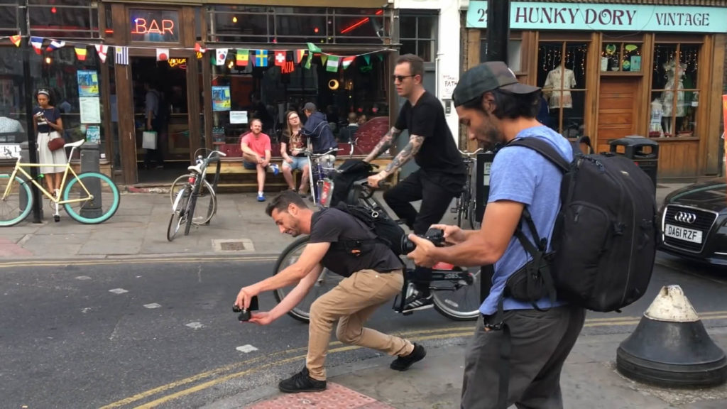 兩位攝影師同時在同一個街區開拍