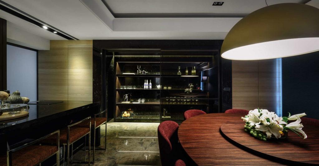 用餐廳吧台與酒櫃角度拍攝